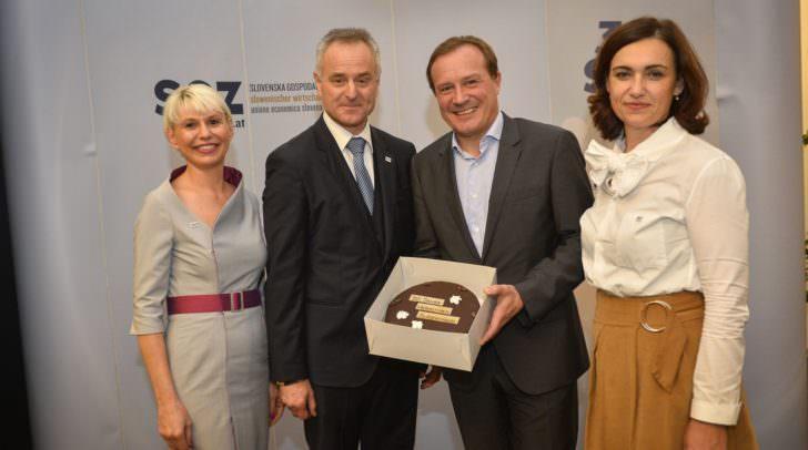 Als Geschenk wurde Wakounig eine Torte überreicht.