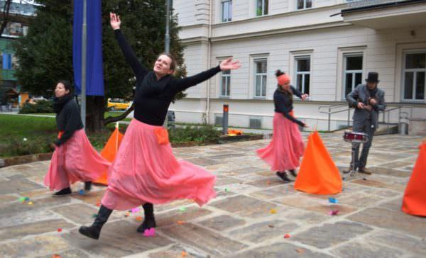 """Das """"teatro zumbayllu"""" vor der Landesregierung"""