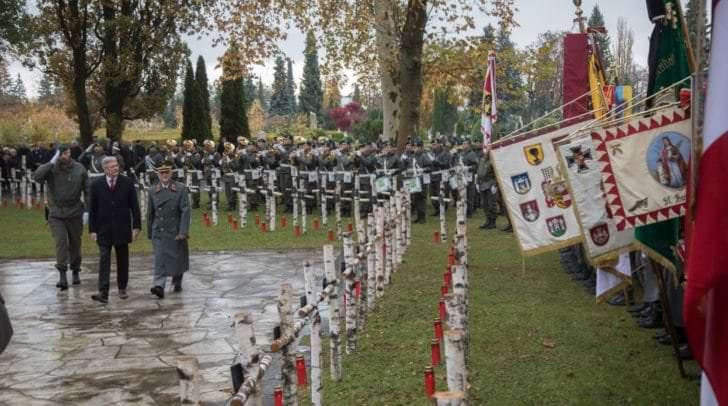Abschreiten der Ehrenformation beim Allerseelengedenken am Friedhof Annabichl durch LH Peter Kaiser und Militärkommandant Walter Gitschthaler.