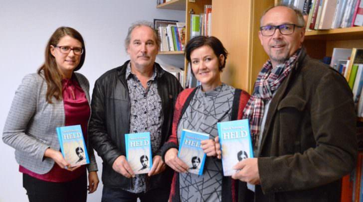 Landesrätin Sara Schaar mit dem Preisträger Harald Schwinger, Jury-Mitglied Erika Hornbogner (Geschäftsführerin vom Drava Verlag) und Alfred Wrulich (Leiter des Landesjugendreferates)