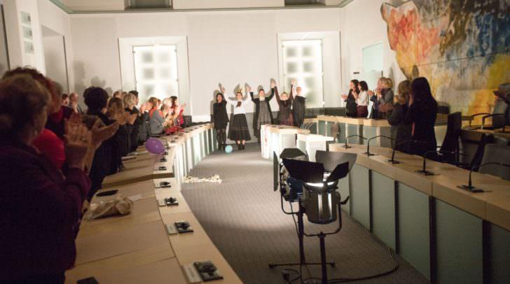 Premierenapplaus beim Stück Damenwahl, das im Landtagssitzungssaal der Landesregierung aufgeführt wurde.
