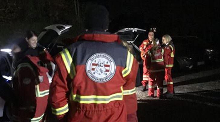 Polizeihundeführer, die Österreichische Rettungshundebrigade Landesgruppe Kärnten und der Samariterbund Kärnten sind mit Hunden im Einsatz.