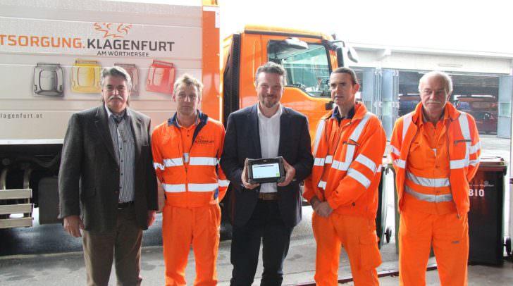 Stadtrat Wolfgang Germ freut sich gemeinsam mit Ing. Karl Weger und Mitarbeitern der Abteilung Entsorgung über den großen Erfolg der optimierten Tourenführung.