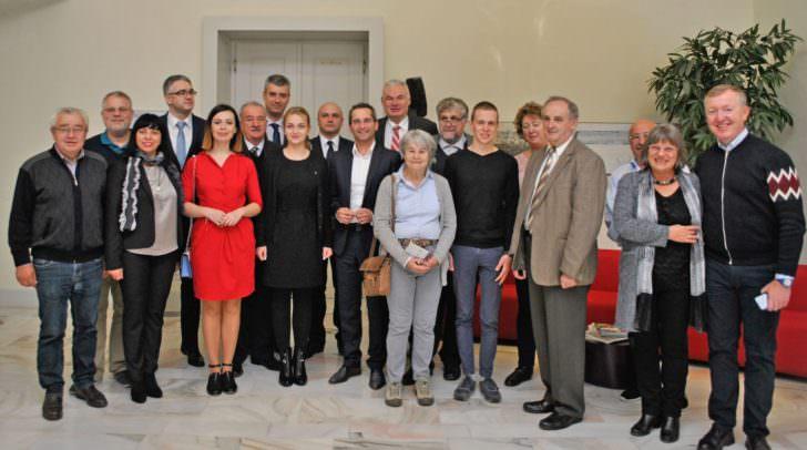 Die Teilnehmer des Europäischen Volksgruppenkongresses wurden offiziell im Rathaus empfangen.