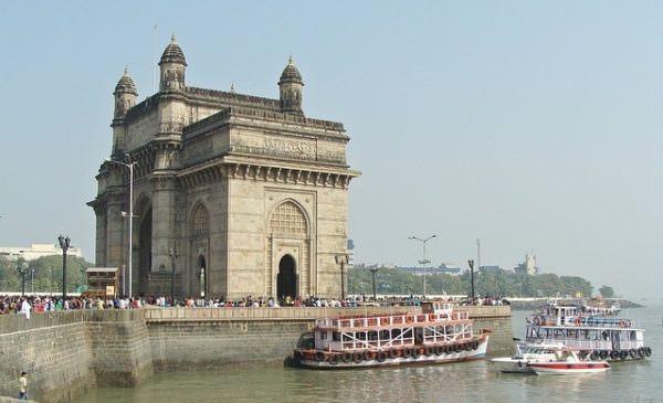 "In Mumbai lockt mit ""Gateway to India"" ein imposantes Bauwerk."
