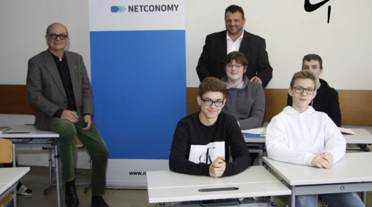 v.l.n.r.: Direktor Kussatscher und Abteilungsvorstand Eder mit Schülern der HTL-Villach.