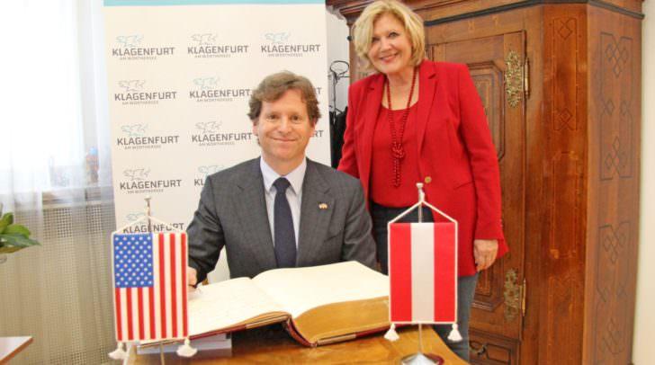 """Botschafter Trevor D. Traina mit Bürgermeisterin Dr. Maria-Luise Mathiaschitz beim Eintrag in das """"Goldene Buch""""."""