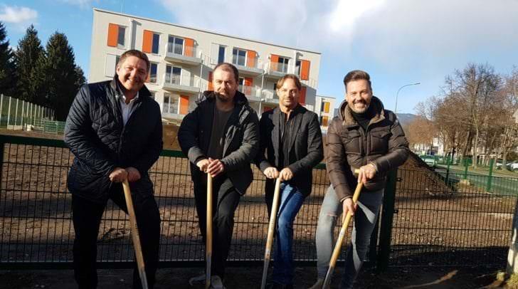 Bürgermeister Günther Albel, Robert Aichinger von der WSF-Privatstiftung, Adolf Nageler und Thomas Schneeberger von der Topmiete beim Spatenstich.
