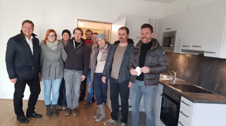 Einige der glücklichen neuen Mieter mit Bürgermeister Albel, Aichinger und Schneeberger.