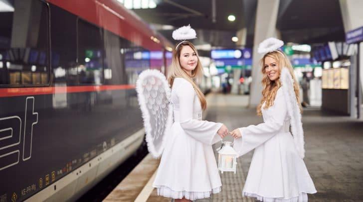 Zwei Weihnachtsengel nahmen das Friedenslicht am Wiener Hauptbahnhof in Empfang.
