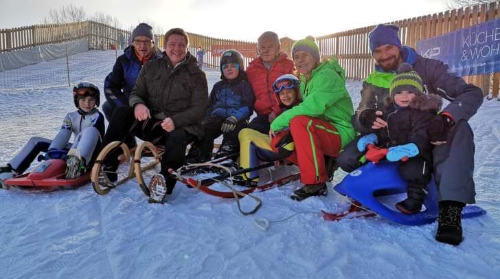 Bürgermeister Günther Albel mit Franz Smoliner (Geschäftsführer Villacher Alpen Arena, zweiter von links) mit Bürgerinnen und Bürgern, die den gratis Rodelhügel bereits getestet haben.