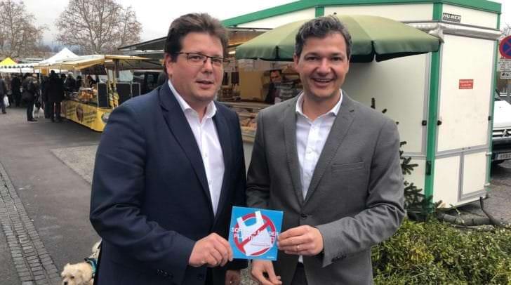 v.l. Marktreferent Christian Pober und Nationalratsabgeordneter Peter Weidinger sind sich einig: Der Villacher Wochenmarkt wird plastikfrei!