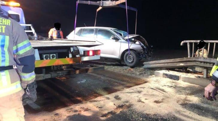 Der stark beschädigte PKW wurde von einem Abschleppdienst vom Brückengeländer entfernt.