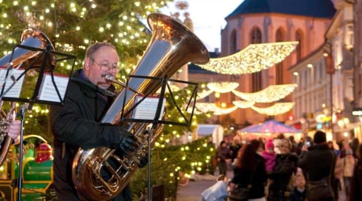 Ein besonderes Advent Highlight: Das Alpen Adria-Singen am 8. Dezember bei der Laternenbühne auf dem Villacher Hauptplatz.
