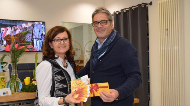 Villach-Gutscheine sind der Renner: Erhältlich sind Sie im Stadtmarketing-Büro am Hans-Gasser-Platz 5. Am Bild Villachs Stadtmarketing-Chef Gerhard Angerer und Ottilie Langer mit Villach-Gutscheinen.