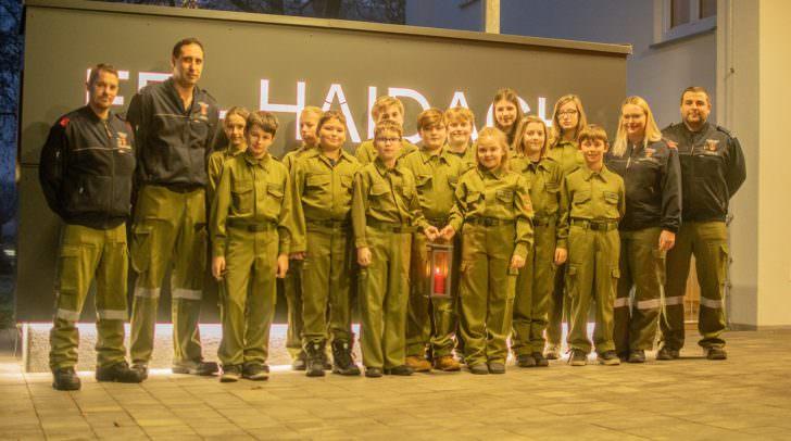 Stolz präsentiert die Jugendfeuerwehr der FF-Haidach das Friedenslicht, das bis 20 Uhr in der Einsatzzentrale verteilt wird.