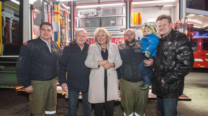Bürgermeisterin Maria-Luise Mathiaschitz und Feuerwehrreferent Christian Scheider vor dem neuen