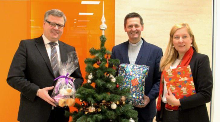 Die Vorstände Mag. Clemens Aigner und Mag. Sabrina Schütz-Oberländer überreichten für zwei bedürftige Familien die Geschenke an Dompfarrer Dr. Peter Allmaier.