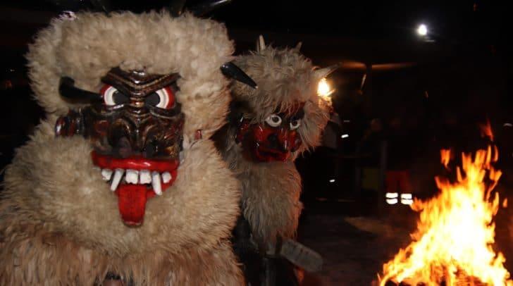 Zahlreiche einheimische Brauchtumsgruppen waren beim 1. Rauhnachtslauf am Aichwaldsee mit dabei.