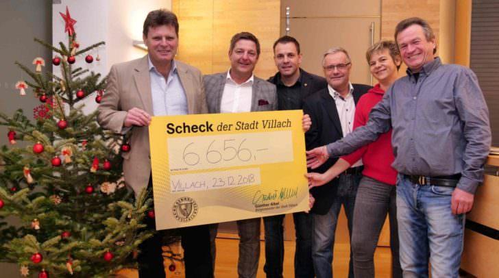 Villachs Bürgermeister Günther Albel, Personalvertreter Franz Liposchek (links) und Mitarbeiter des Magistrats mit dem symbolischen Spendenscheck.