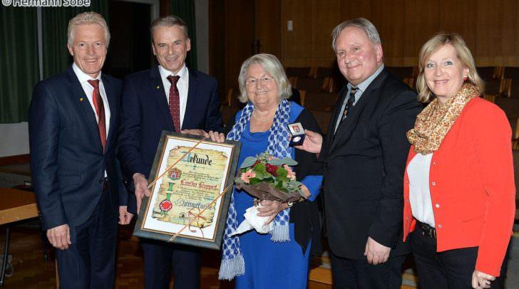 Günther Kiko, der langjährige Obmann des Veldener Turnvereins und Lenčka Kupper, eine Veldener Kinderbuchautorin erhielten eine Ehrenurkunde.