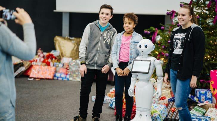 """Die Kinder lernten Roboter """"Pepper"""" kennen, der die Kinder begrüßte."""