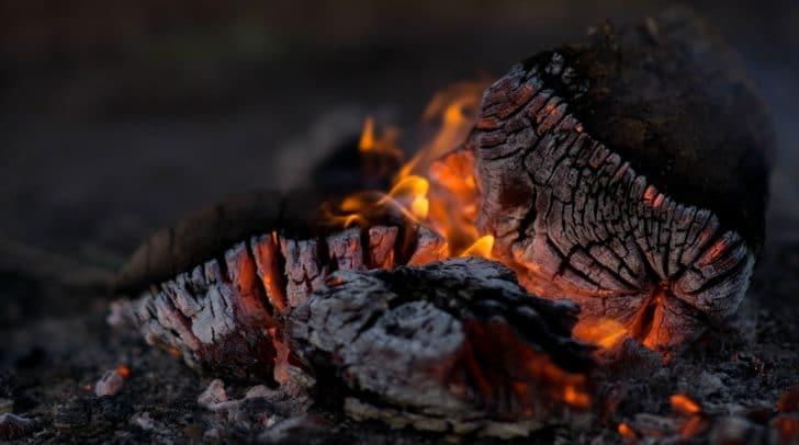 Die Asche aus einem Holzkohlegrill hatte den Brand am Nachbarsgrundstück ausgelöst.