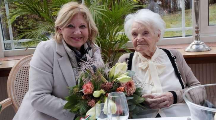 Bürgermeisterin Dr. Maria-Luise Mathiaschitz gratulierte Maria Blank zum hundertsten Geburtstag.