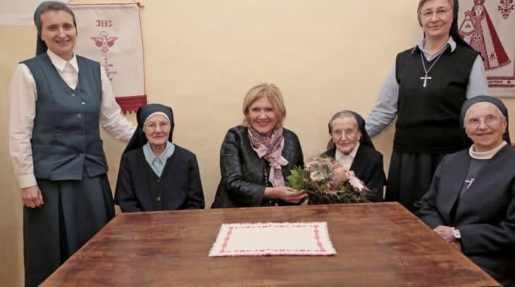 Bürgermeisterin Dr. Maria-Luise Mathiaschitz gratulierte Schwester Maria Nopp im Beisein von Oberin Schwester Zorica Blagotinsek und anderen Mitschwestern herzlich zum 101. Geburtstag.