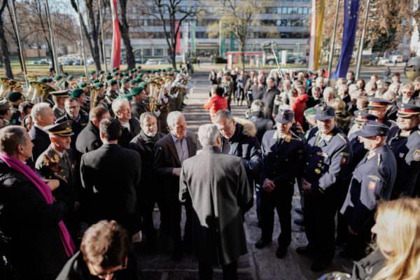 Gratulanten vor dem Regierungsgebäude