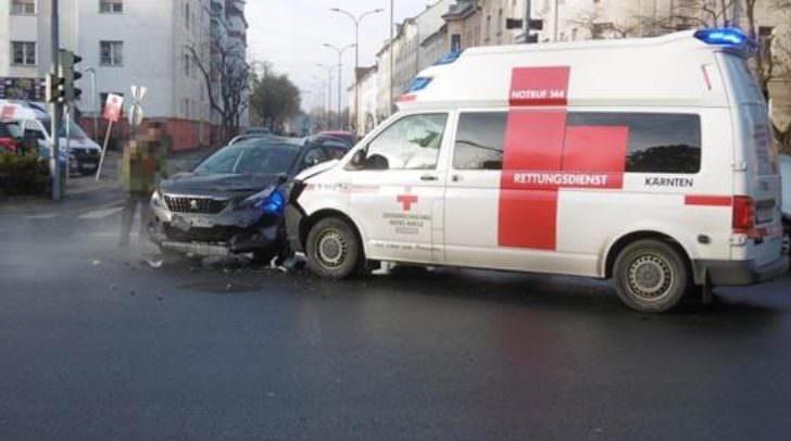 In der Kreuzung kollidierte der PKW-Lenker mit dem Rettungsfahrzeug, das zu einem Einsatz unterwegs war.