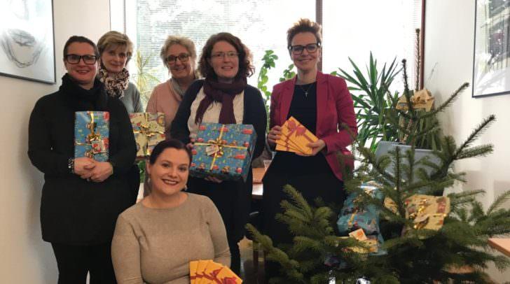 Am Bild: Melanie Rabl, Mitarbeiterin des Frauenhauses, Karin de Roja, Kraker-Kölbl, StRin Katharina Spanring und Regina Klammer.