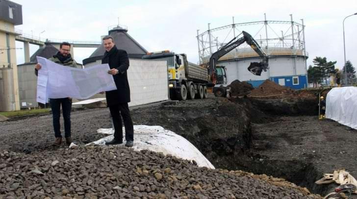 Entsorgungsreferent Stadtrat Wolfgang Germ und DI Gregor Aspernig (Planungsbüro Horn & Partner) besichtigen die Baustelle der Behälterwaschanlage bei der Kläranlage Klagenfurt.