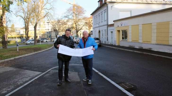 Straßenbaureferent Vizebürgermeister Christian Scheider und Ing. Michael Pirker (Abt. Straßenbau und Verkehr) besichtigen die frisch sanierte Viktringer Straße