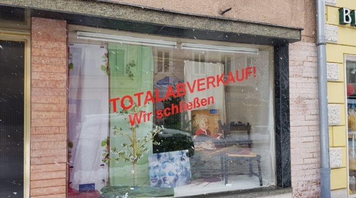 Bis 2017 war in dem Gebäude der Porzellanladen J. Pötzl ansässig.
