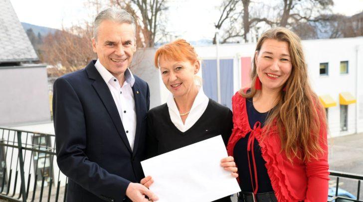 v.l.: Bürgermeister Ferdinand Vouk, Barbara Lerchbaumer, die Leiterin der Alban-Berg-Musikschule Velden und Sachbearbeiterin Patrizia Stöpp-Schöffmann
