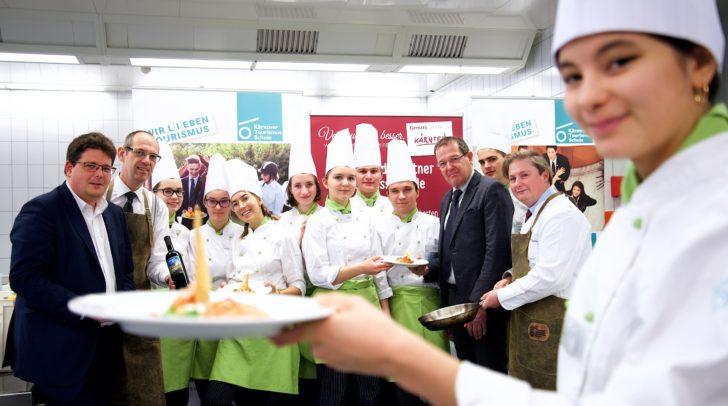 Mahlzeit! Sagen die KTS-Schüler, Stadtrat Christian Pober und Direktor Dr. Gerfried Pirker am Wochenmarkt.