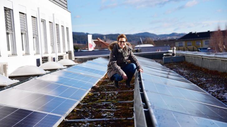 Stadträtin Katharina Spanring am Dach des Betriebsgebäudes des Wasserwerkes vor der neuen Photovoltaik-Anlage.