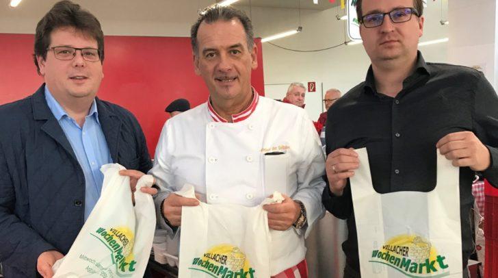 Kein Plastik dafür neue Anbieter am Wochenmarkt: Stadtrat Christian Pober, Wochenmarkt-Obmann Norbert Kuglitsch und Sackerl-Lieferant Andreas Blüm (von links).