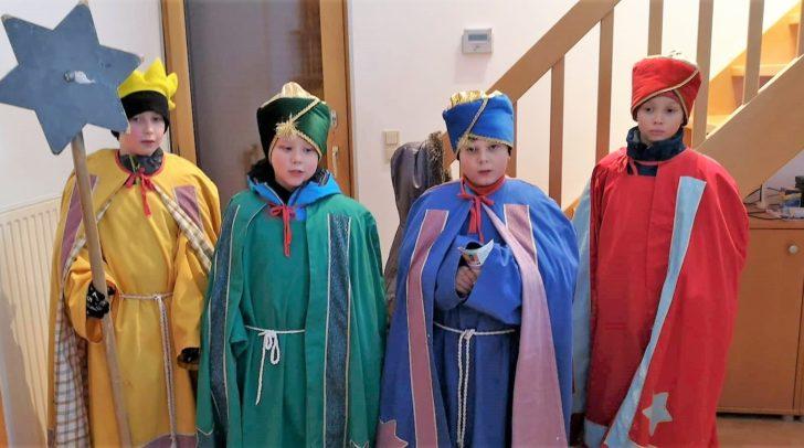 Immer vier Kinder (die Heiligen Drei Könige und der Sternträger) gehen von Haus zu Haus. Hier in Nötsch.