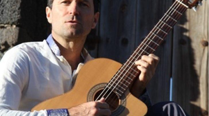 """Alfred Haselmaier performt seinen Liederabend unter dem Motto """"Lieder und Balladen von Reinhard Mey""""."""