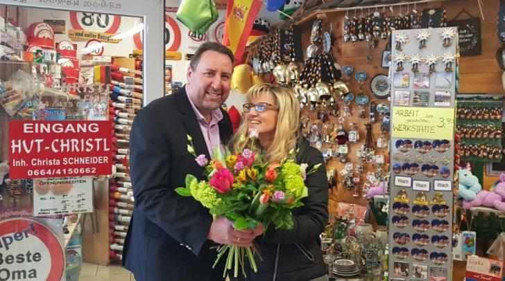Baumann gratuliert Schneider herzlich zum 25-Jahre-Jubiläum.