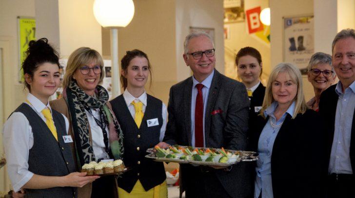 von links nach rechts): Petra Mayer (Leiterin des CHS Villach), Reinhard Rohr (Präsident des Kärntner Landtags), Renate Kanovsky-Wintermann (HUM-Landesschulinspektorin), Gabriele Nussbaumer (Direktorin der NMS Landskron) & Klaus Haberl (Pädagogischer Leiter der Bildungsdirektion Kärnten) inmitten von CHS-Schülerinnen