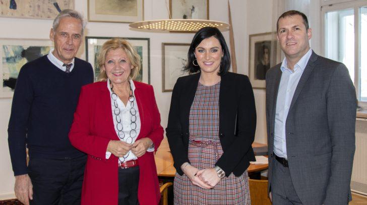 Bundesministerin Elisabeth Köstinger wurde im Rathaus von Bürgermeisterin Dr. Maria-Luise Mathiaschitz und Stadtrat Markus Geiger empfangen. Mit dabei auch der Künstler Klaus Littmann.