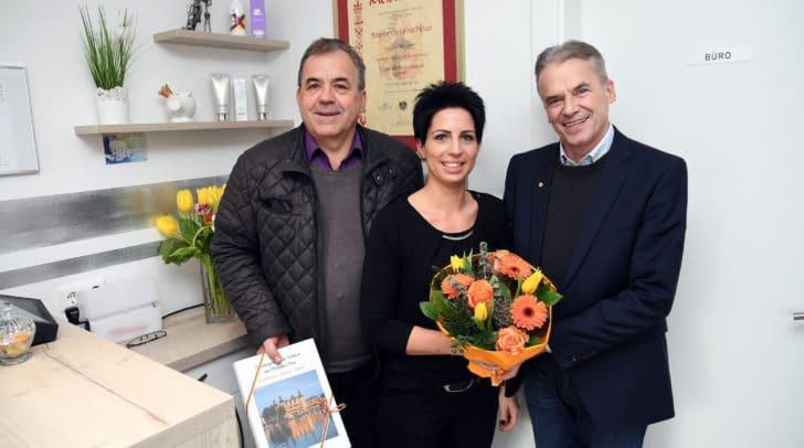 Von links: Gemeinderat Siegfried Nagele, Friseurmeisterin Marion Haas, Bürgermeister Ferdinand Vouk