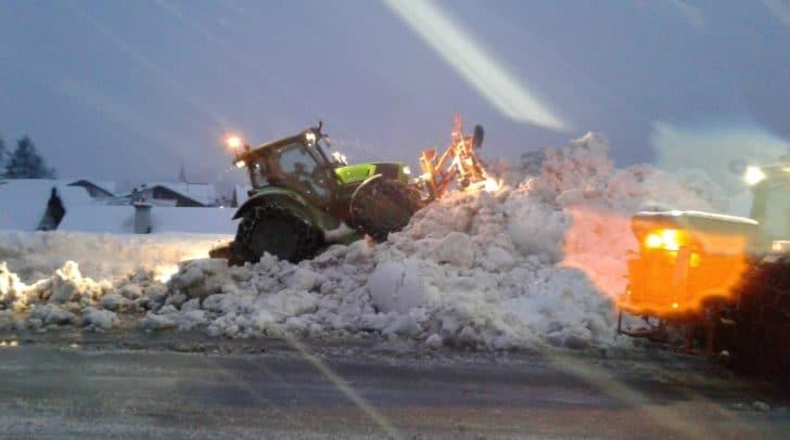 Lokale Landwirte räumen als Maschinenring Winterdienstleister die Straßen mit ihren Traktoren frei.