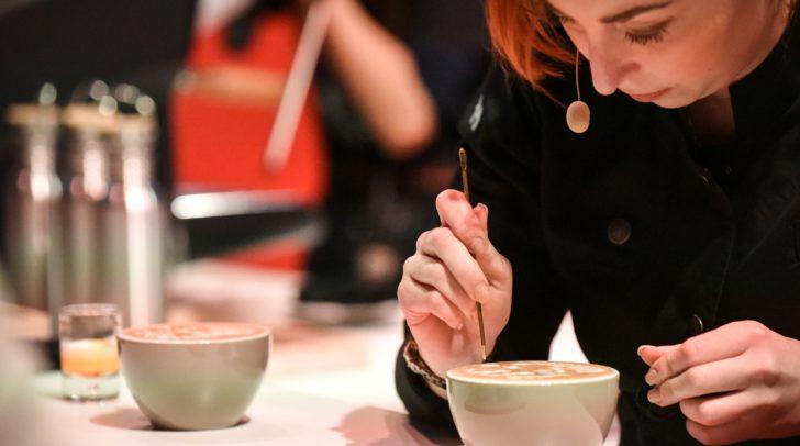 Tamara Nadolph musste sich bei der Herstellung ihrer Kaffee-Kunstwerke stark konzentrieren.