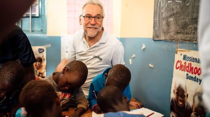 Caritas-Direktor Josef Marketz und Neo-Bischof beim Besuch einer Bildungseinrichtung in Uganda.