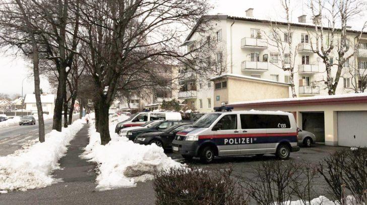 Vor dem Wohnblock in Villach-Auen.