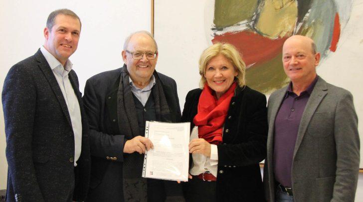 Liegenschaftsreferent Stadtrat Markus Geiger, Anton Pletzer, Bürgermeisterin Dr. Maria-Luise Mathiaschitz und Magistratsdirektor Dr. Peter Jost nach Vertragsunterzeichnung.